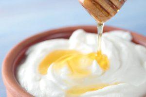 Làm trắng da mặt cấp tốc bằng sữa chua và mật ong