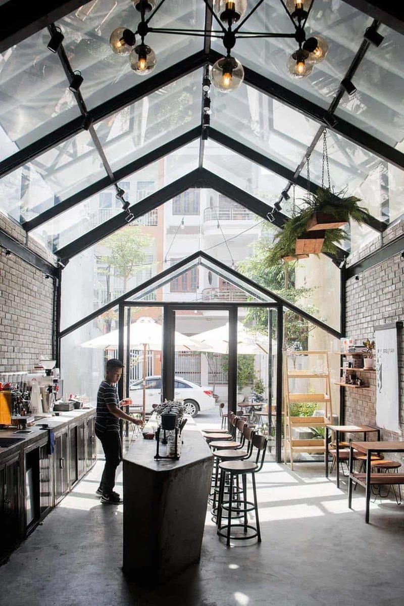 Phong cách hiện đại mang lại vẻ đẹp trẻ trung cho không gian của quán