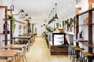 Phong cách thiết kế quán cafe đơn giản Scandinavian sẽ là mộ hình quán cà phê dễ dàng gây ấn tượng với khách hàng bởi sự thanh lịch của nó.