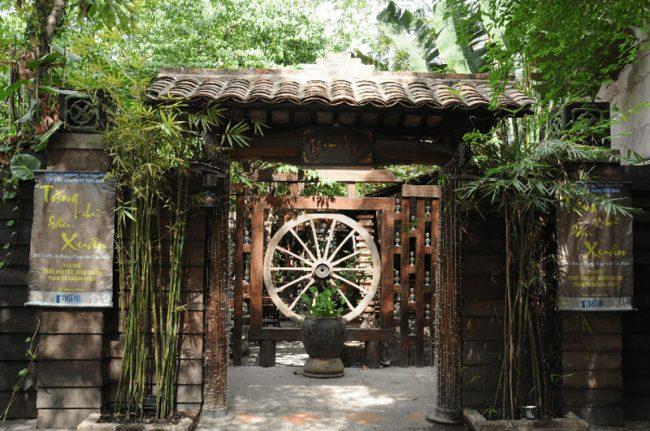 Đối với thiết kế quán cafe sân vườn có diện tích vừa và nhỏ bạn nên tận dụng và thiết kế không gian quán trở nên gần gũi hơn với các loại cây cảnh quen thuộc.