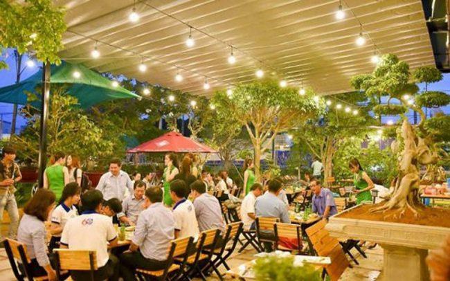 Khác với nhà hàng cao cấp được thiết kế theo phong cách sang trọng thì thiết kế quán nhậu sân vườn thường hướng tới một không gian xanh mộc mạc và gần gũi.